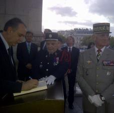 Giovanni Legnini all'Arc de Triomphe per la cerimonia di omaggio al milite ignoto con il ministro francese Arif